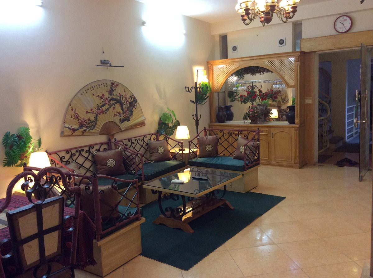 Lounge and specially designed chairs to accommodate a big crowd.