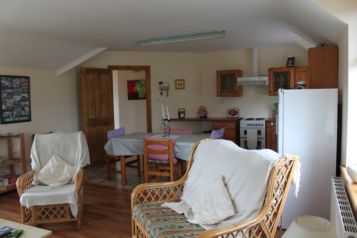 Fully fitted kitchen, dining table and chairs