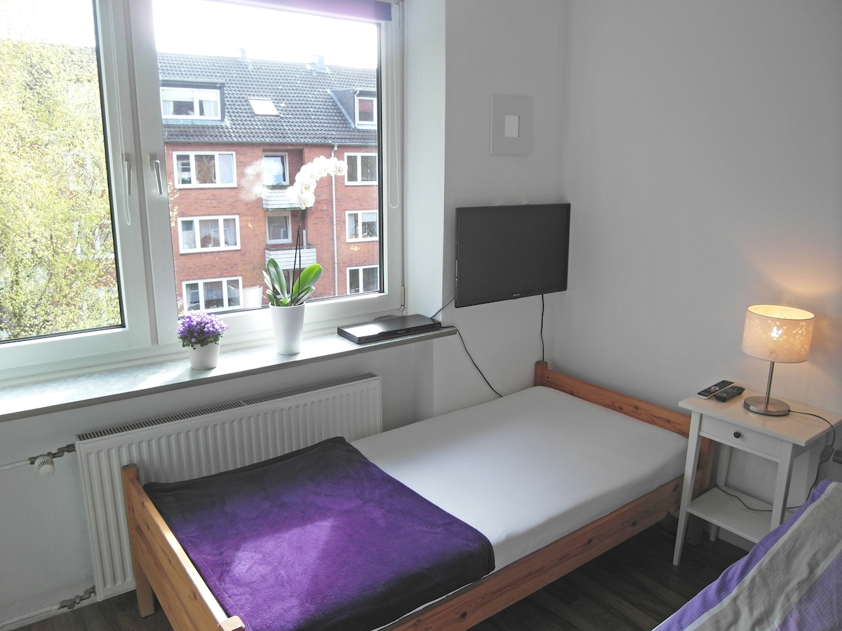 Das zweite Bett bietet Platz zum Abstellen, Ausruhen oder selbstverständlich frisch bezogen für einen möglichen 3. Gast