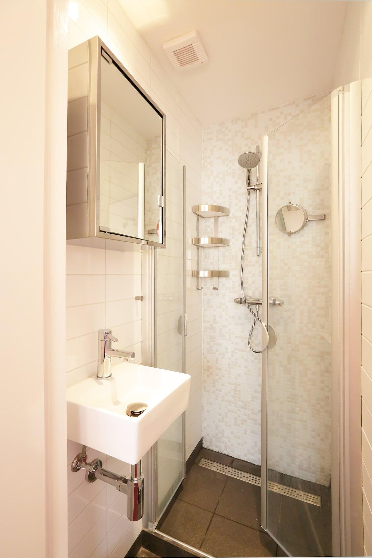 Private shower in the studio (1).