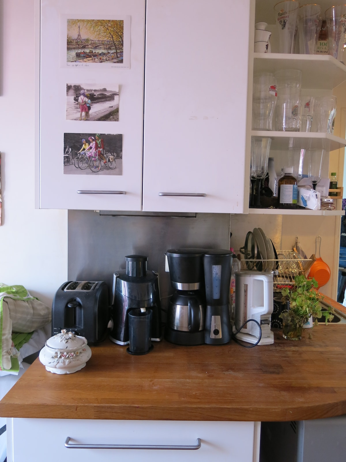 Kitchen appliances: toaster, juicer, coffee machine, kettle. Oven & microwave not pictured.