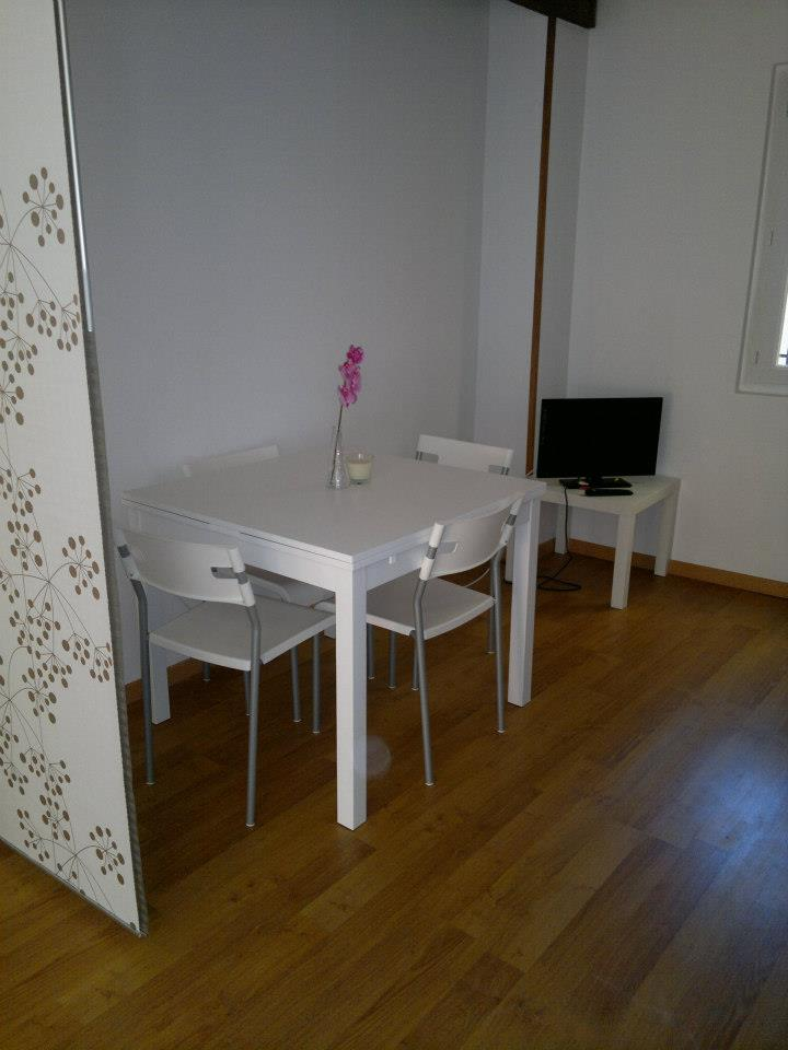 Table avec rallonges pour 6 personnes / Extending table for 6