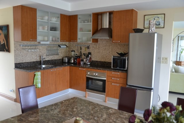 Bright, clean and spacious open-plan kitchen/dining and living area for hanging out