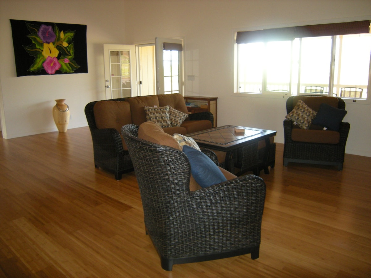 Comfortable Great Room with 14 foot vaulted ceilings