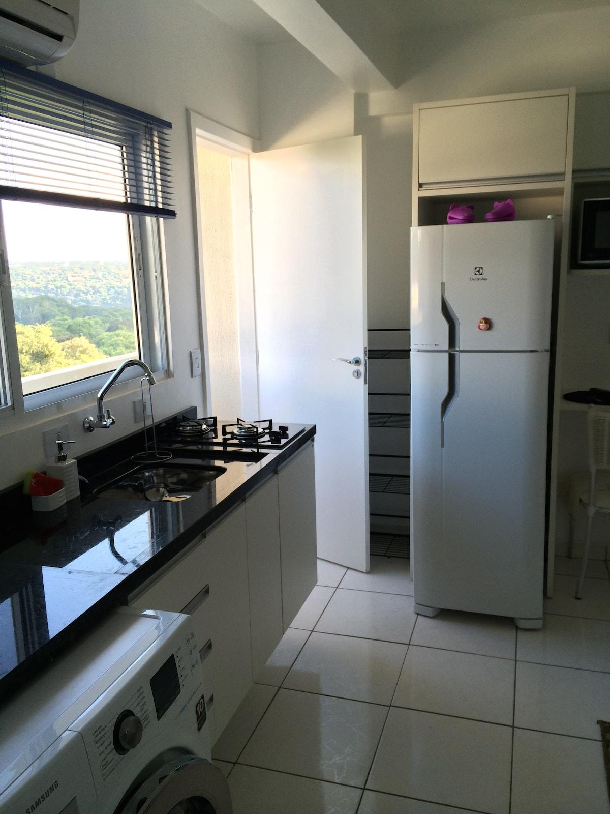 Fridge/Freezer and door to balcony / PT: Geladeira duplex e porta para a sacada.