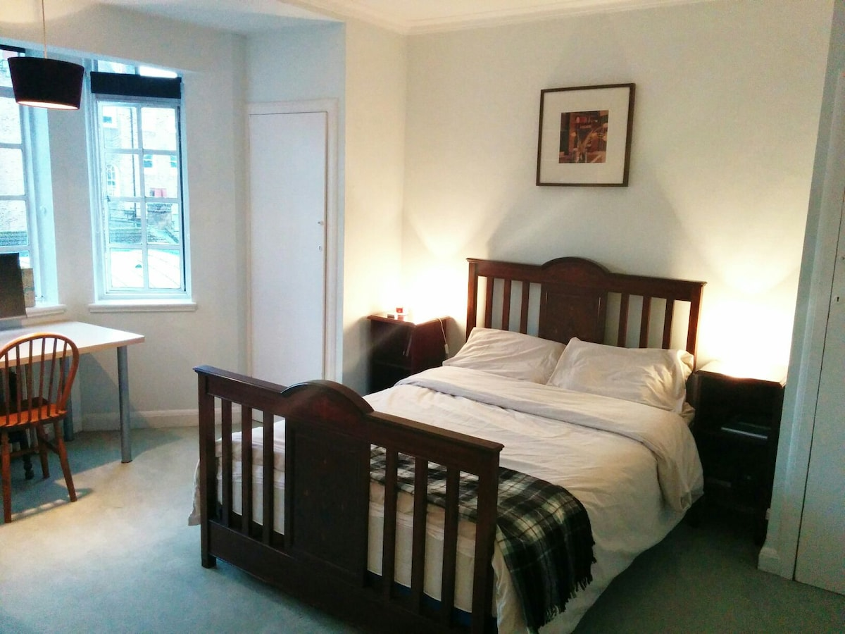 Lovely bedroom in Russell Square