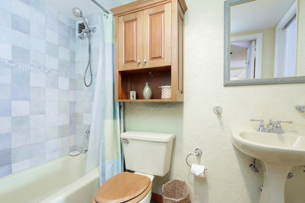 Clean Bathroom, Relax With A Dual Shower Heads After a Long Day On the Beach