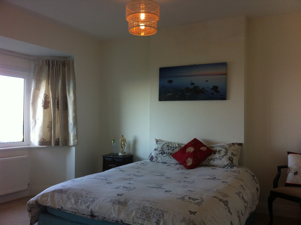 Large suite, stunning views over Isle Of Wight & Purbecks