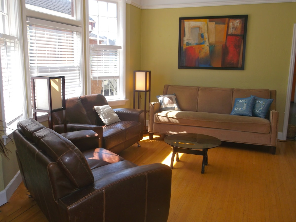 Flexible living room setup, can be adjusted for groups