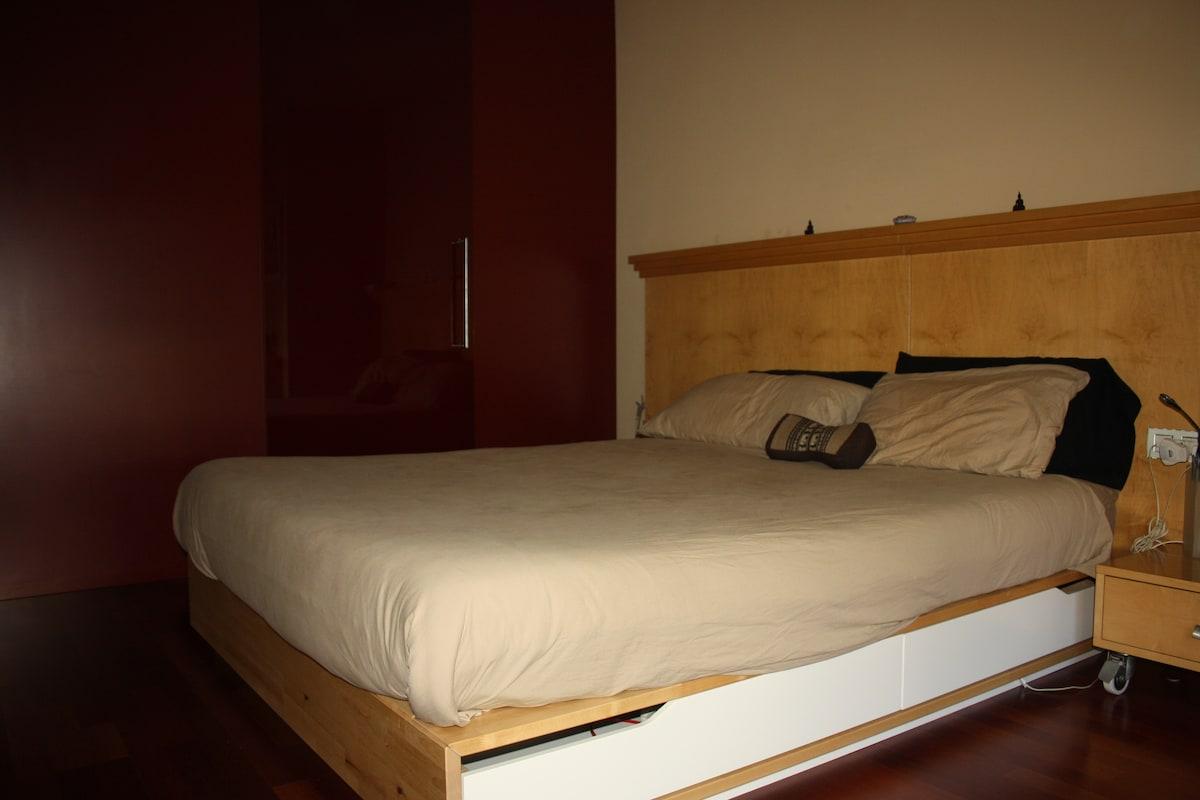 Otra vista de la habitación suite con el vestidor al fondo