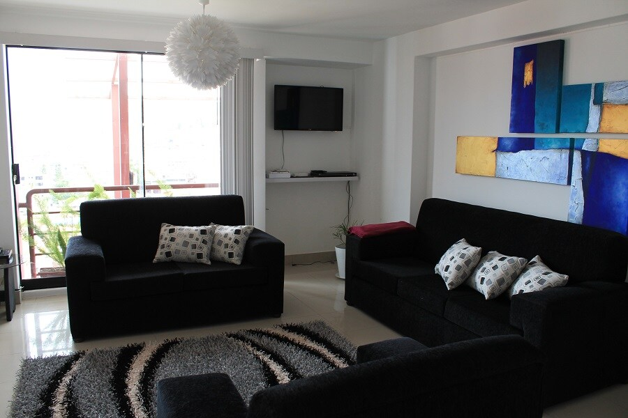 Salon avec jeu de meubles, tapis, TV, Lecteur de DVD, Internet (WIFI), Téléphone fixe.