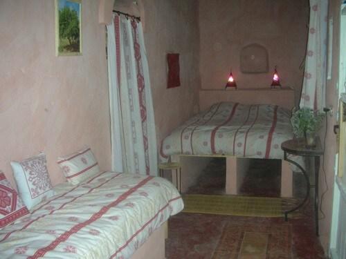 Chambre Grenadier avec salle de bain privée, 1lit double, 1 lit simple, table, 1 coffre-fort, armoire