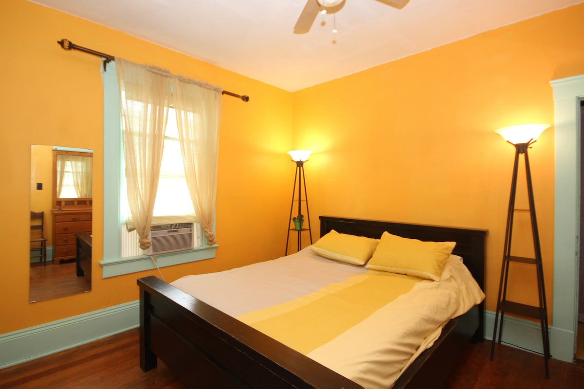 Saffron room with queen bed