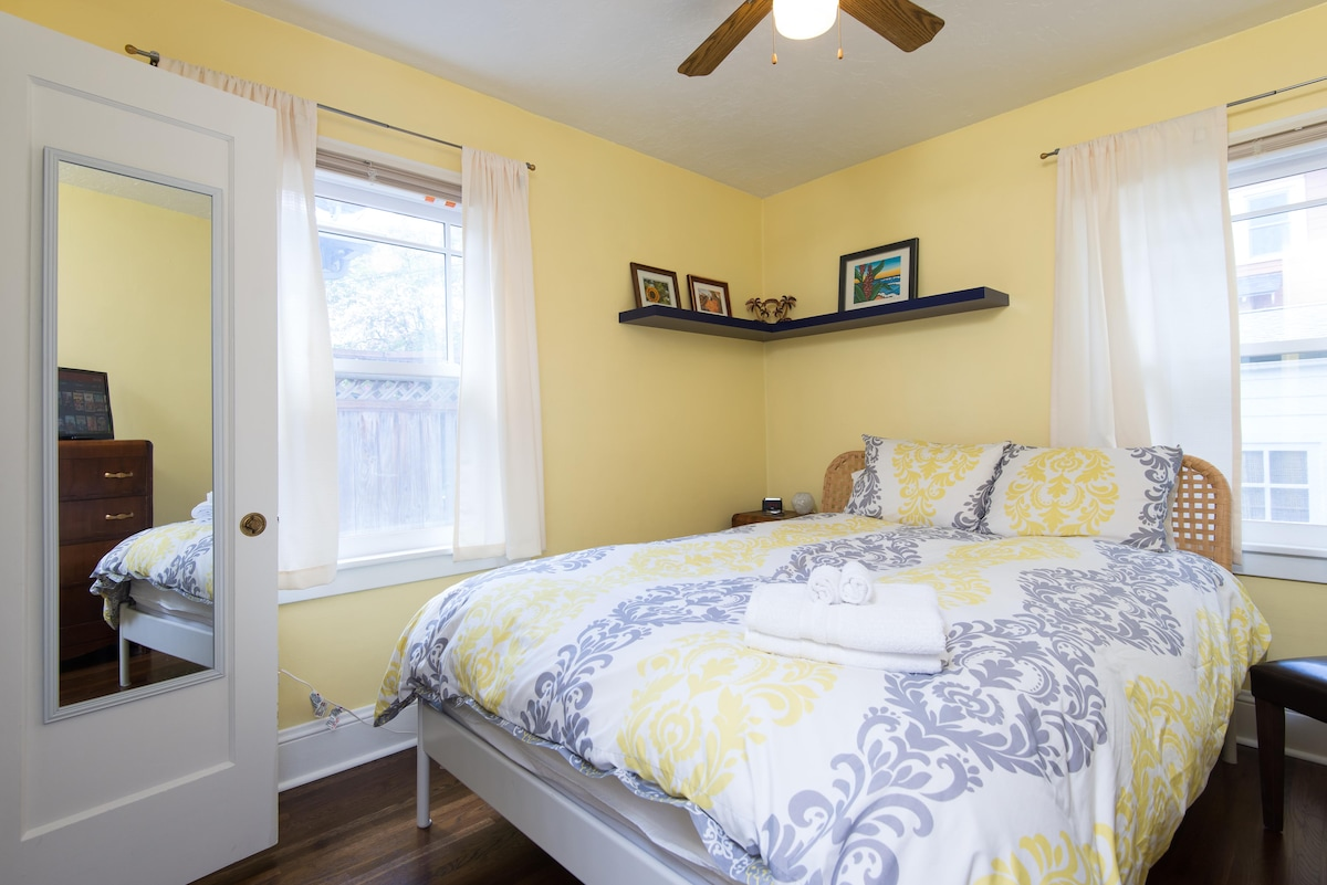 Sunny private room near Max & bus
