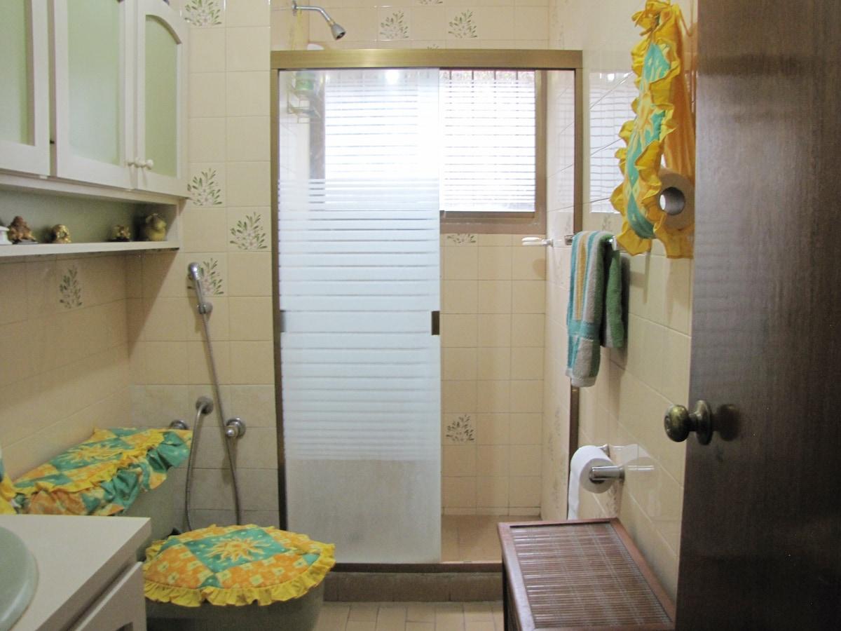 Uno de los tres baños.