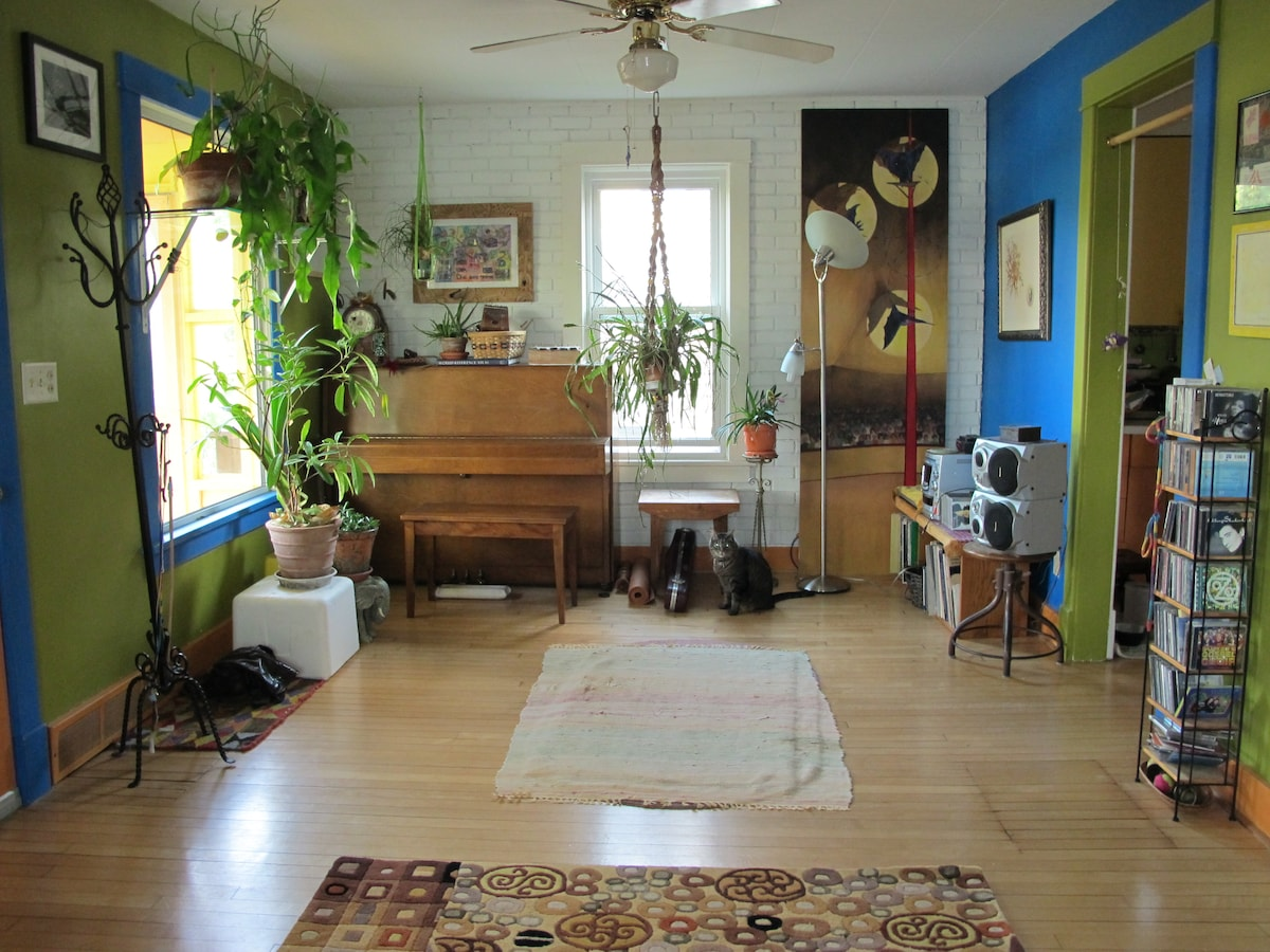 Feel free to play the acoustic piano, stereo or with the two cats.