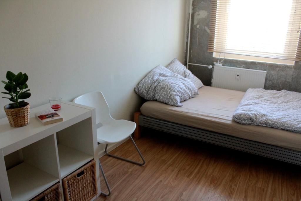 Schlafzimmer mit Doppelbett und Regalen