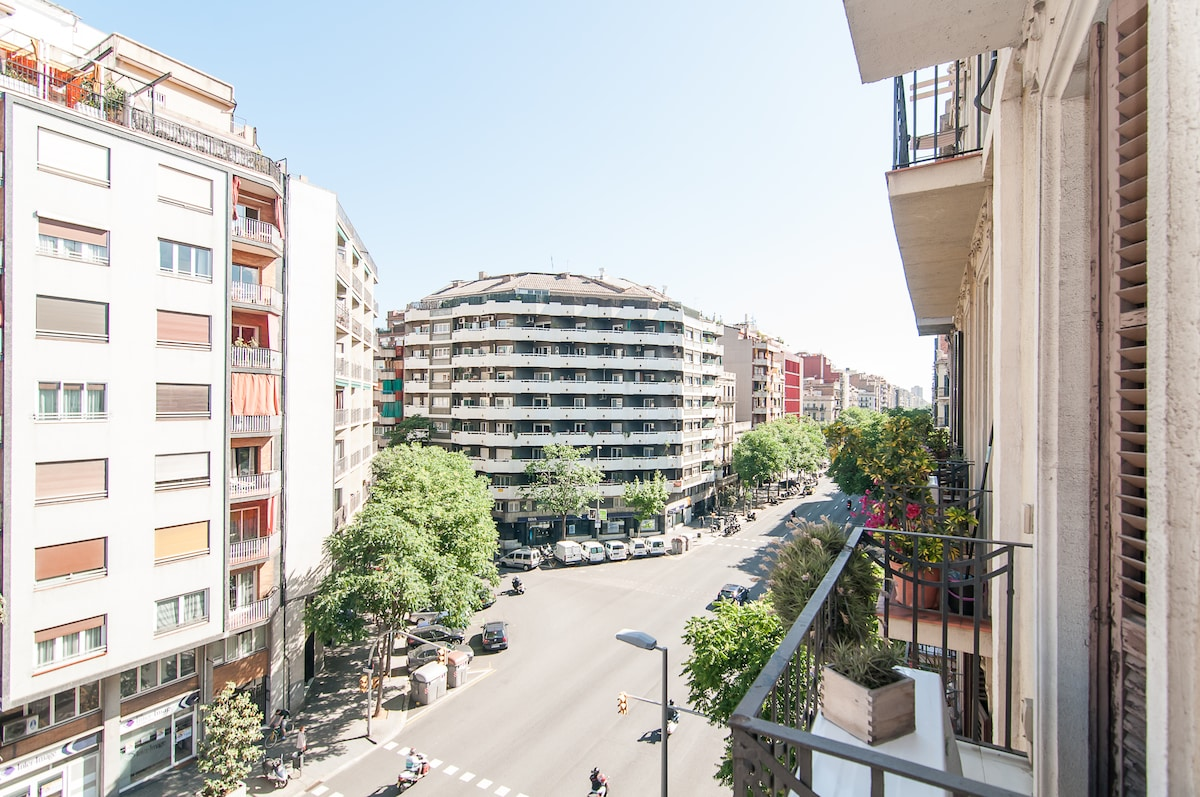 view from the balcony Eixample, one of the most central areas of Barcelona! just five minutes walk to Sagrada Familia and fifteen minutes from Paseo de Gracia and Ramblas, /view from the living room/