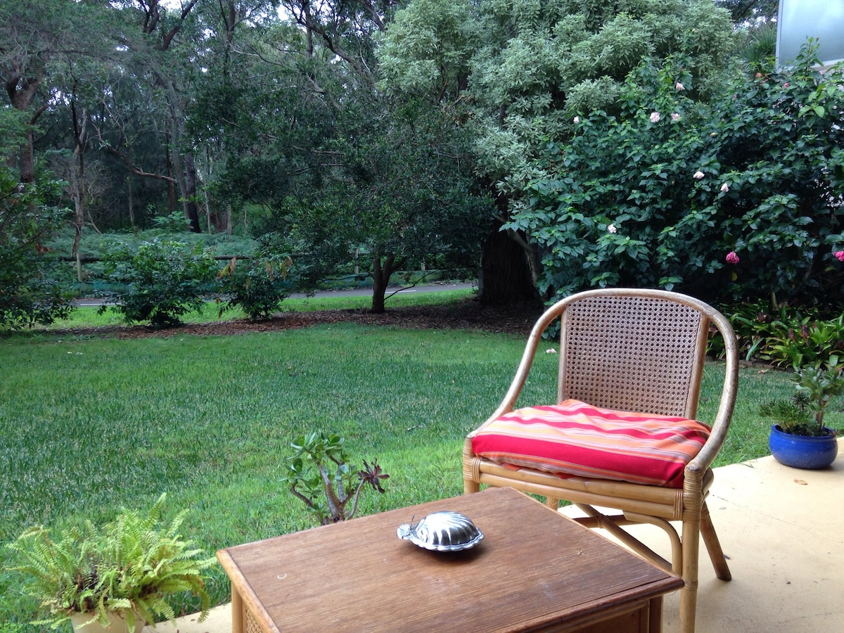 Peaceful leafy spacious garden flat