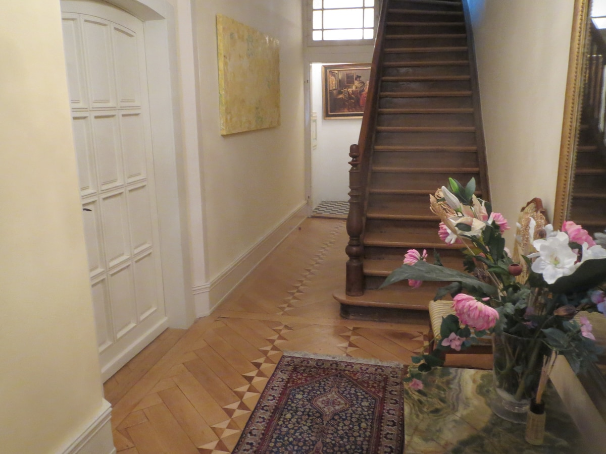 Entrance hall and door to apartment