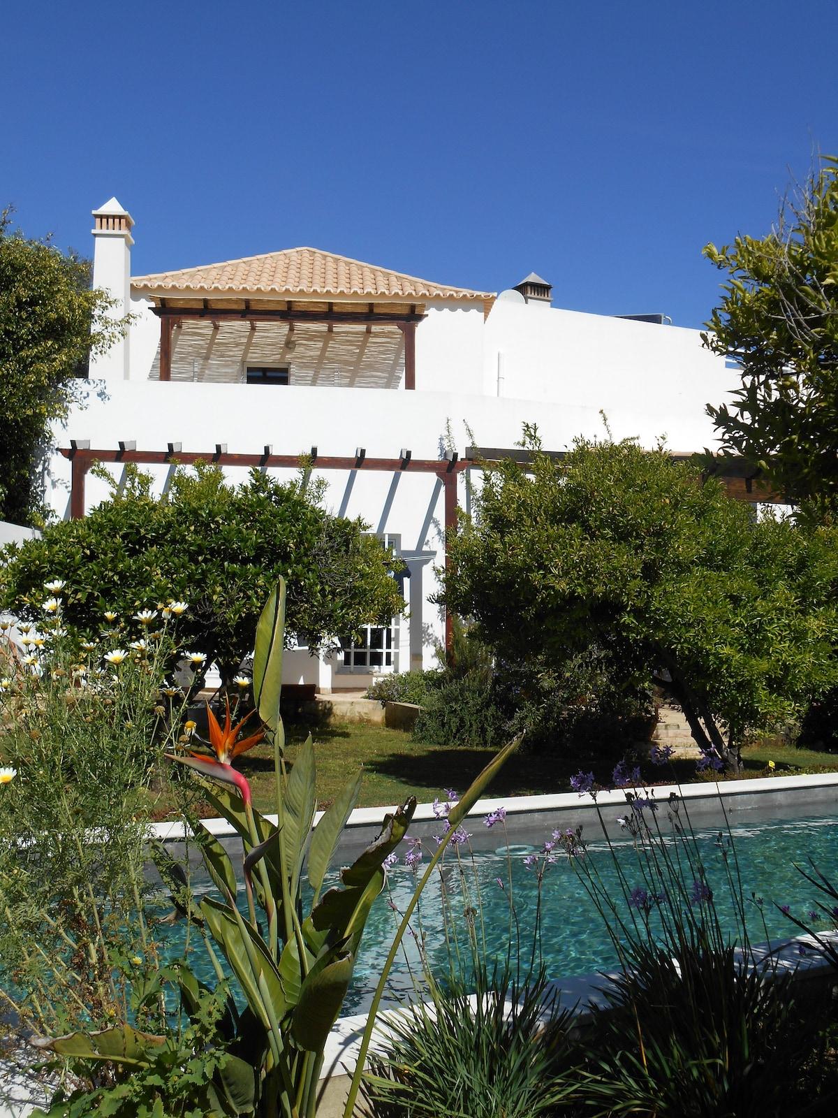 QuintaLuz, une vaste maison de campagne rhabillée de modernité dans un écrin de verdure au milieu duquel vous pourrez nager