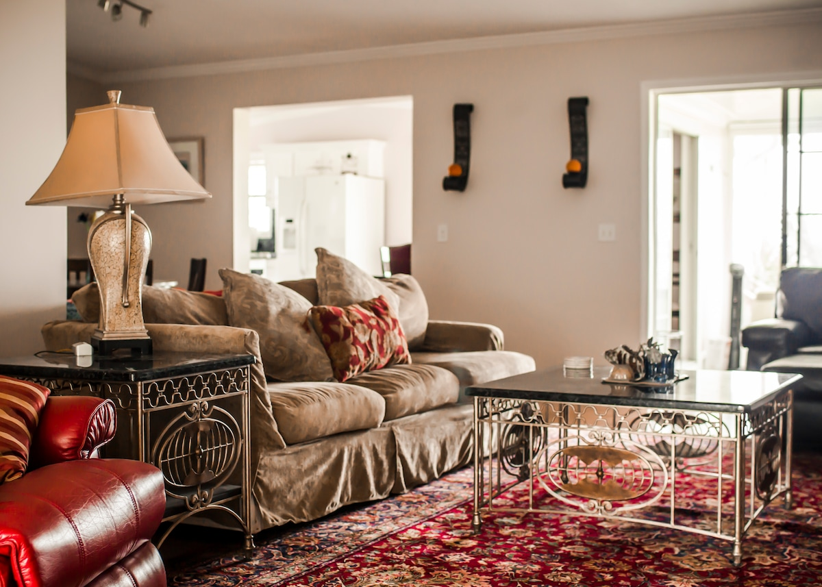The living room, image courtesy of Amaris Photography.