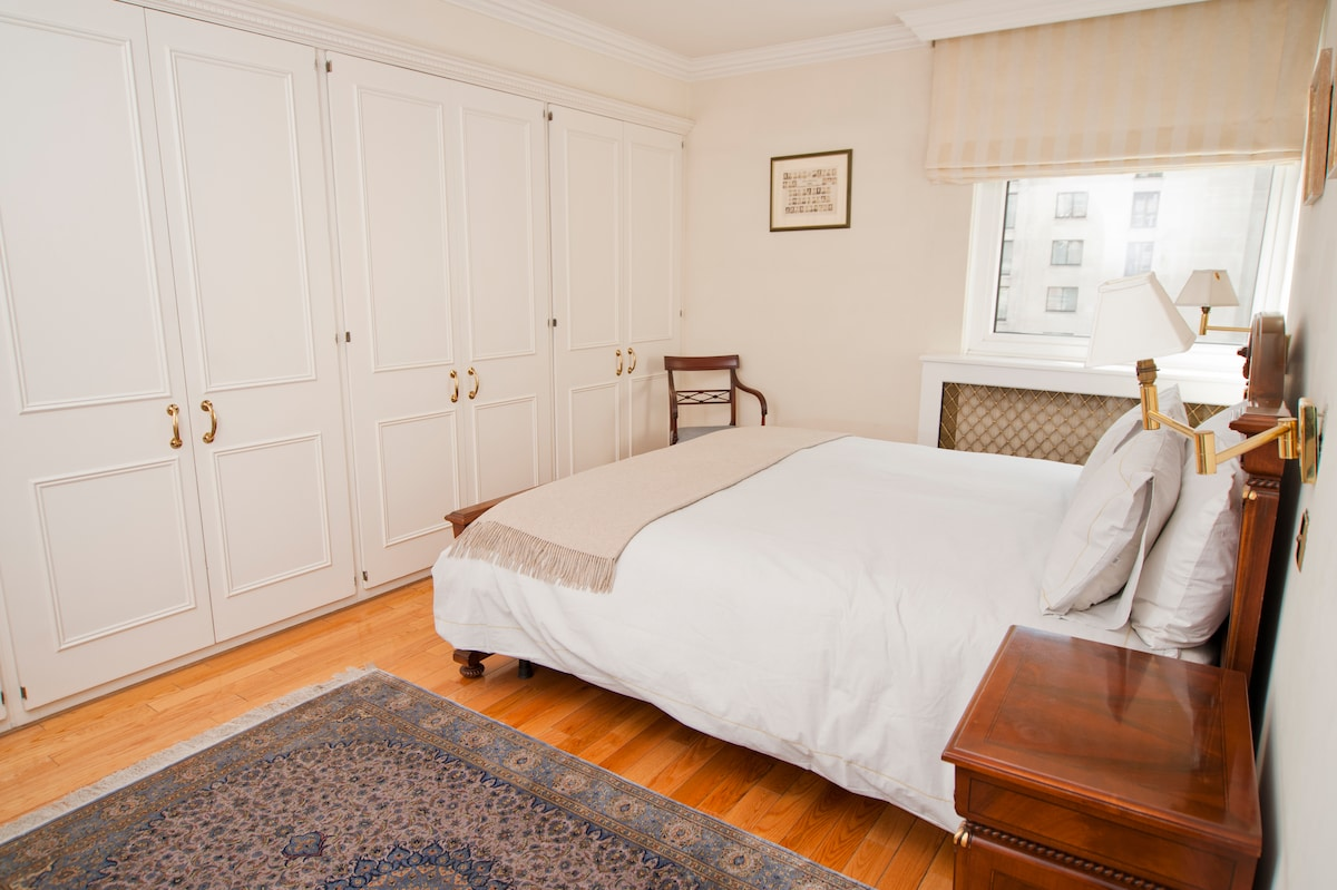 Guest room with super king-sized bed