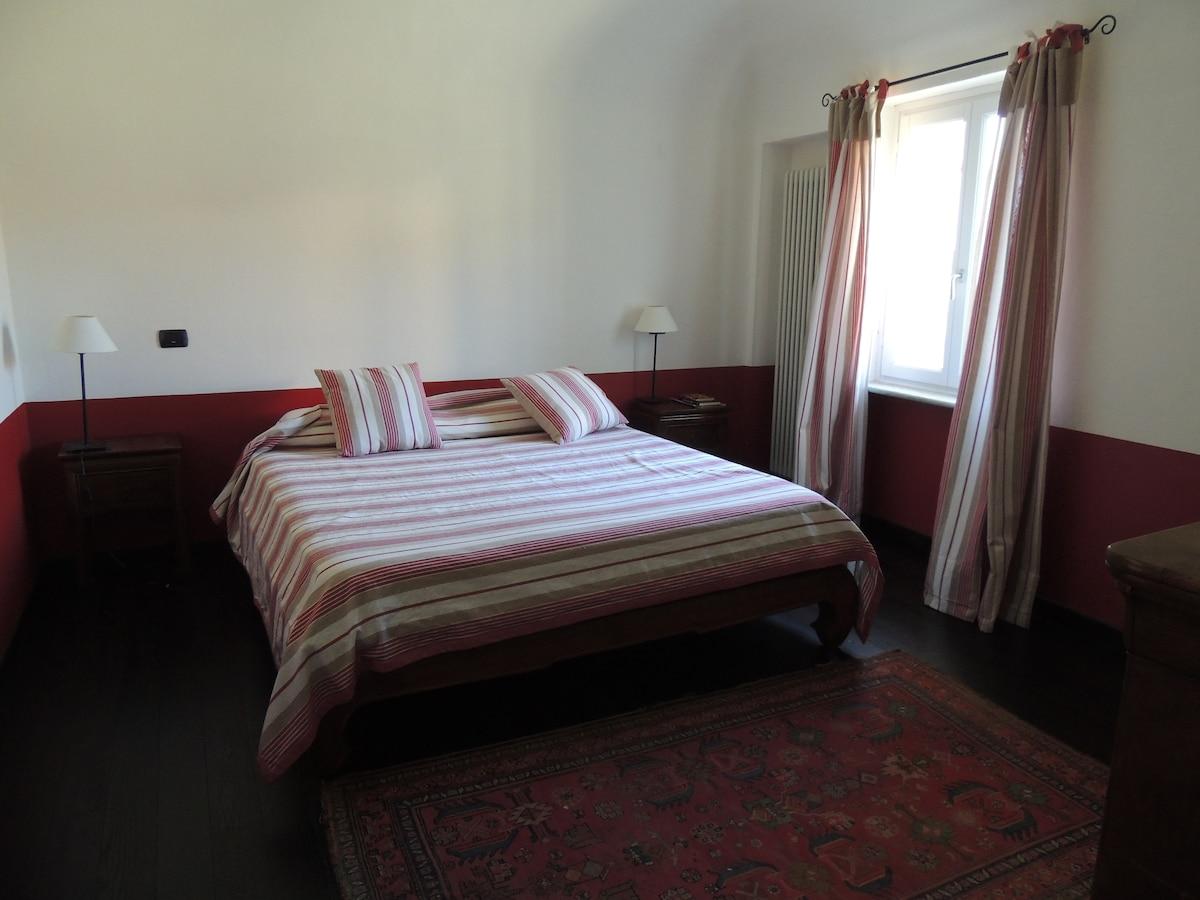 Camera (rossa) con bagno in Cascina