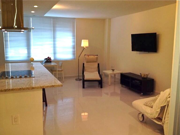 Spacious living room / Espacioso salon de estar