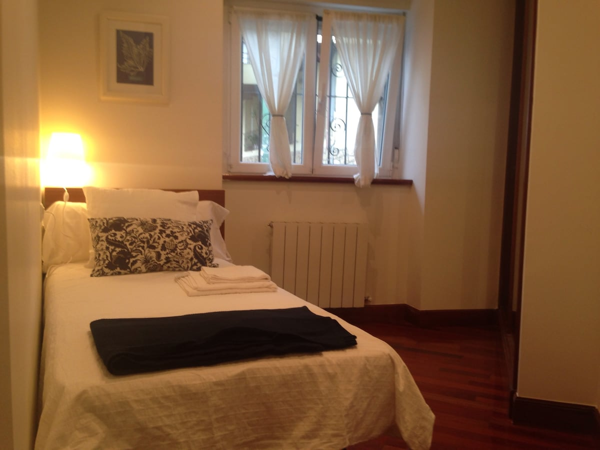 Segundo dormitorio con cama individual. Second bedroom with a single bed.