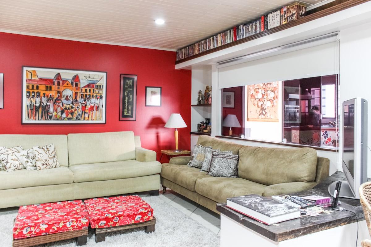 Ampla cobertura, com sala, copa e quarto integrados, além da área externa com varanda // Spacious penthouse with lounge, kitchen and bedroom integrated, besides the terrace with balcony