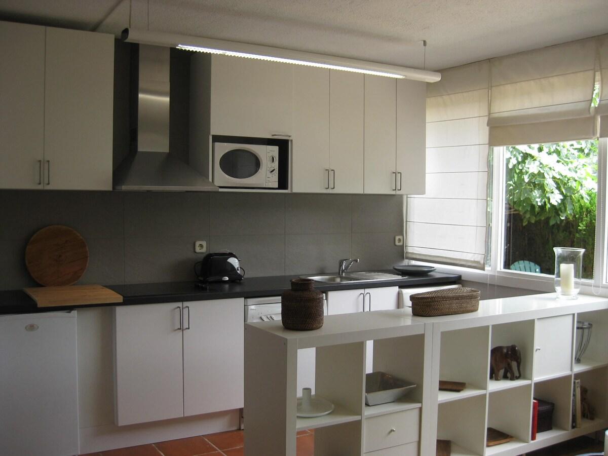 Cocina completa: Nevera, vitrocerámica, microondas, lavavajillas, horno, etc. Vistas y salida directa al jardín privado.