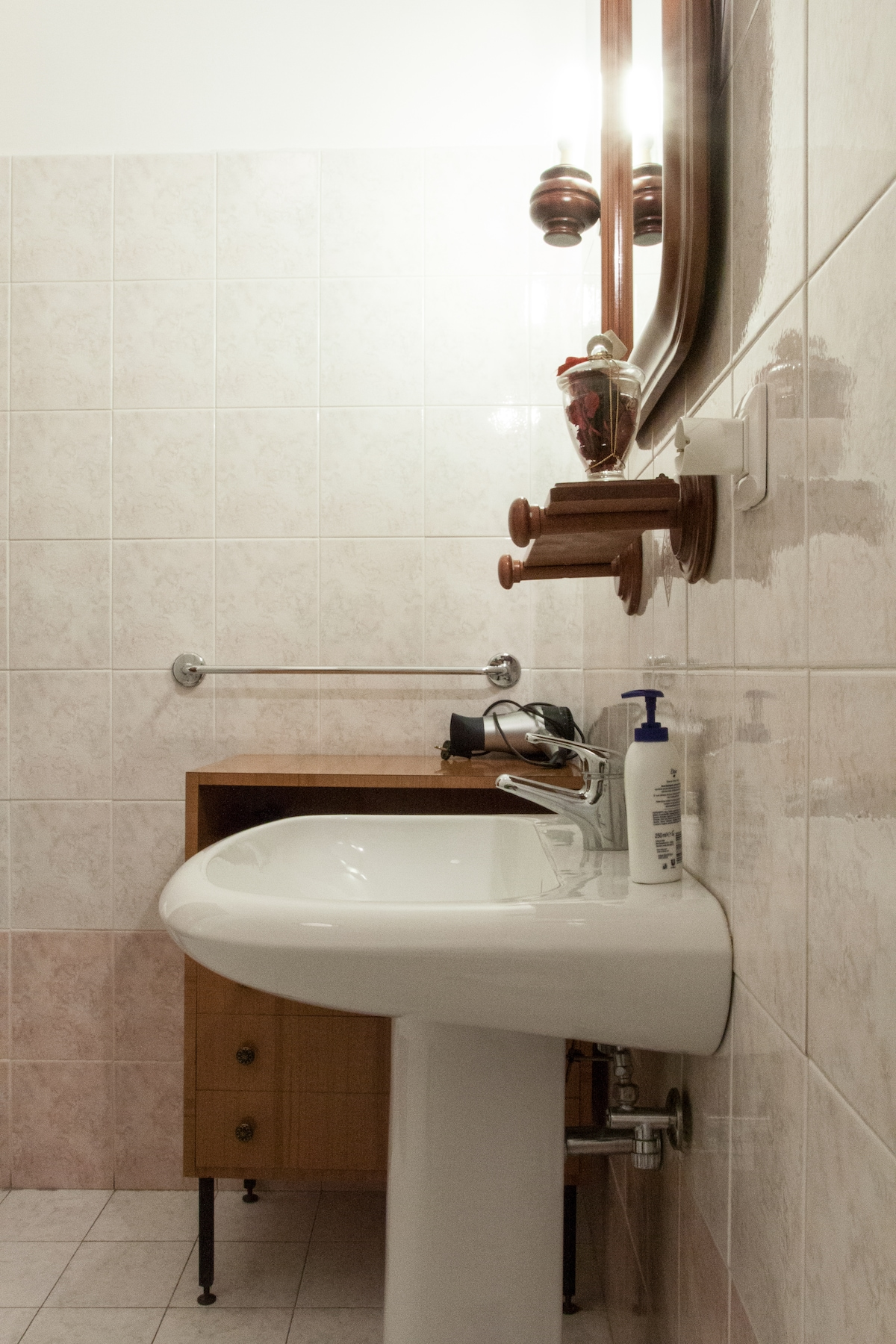Lovely single room with Guest bath.