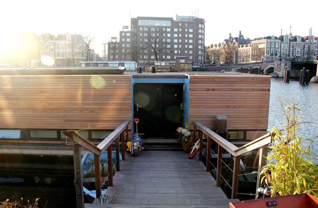 HouseBoat Ark van Amstel: Entrance. Left side the house - rightside the appartment B&B