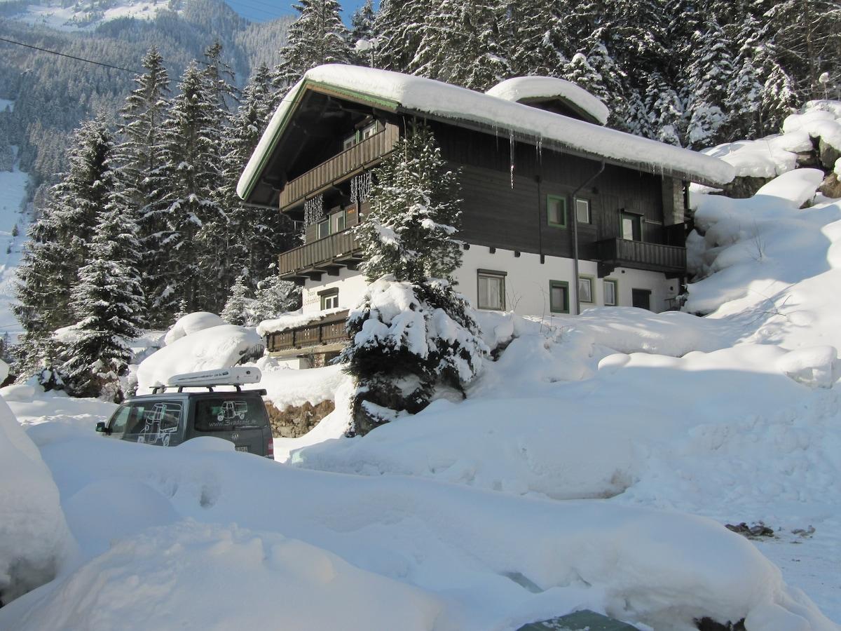 Winter 2012 - Blick vom Parkplatz Richtung Haus.