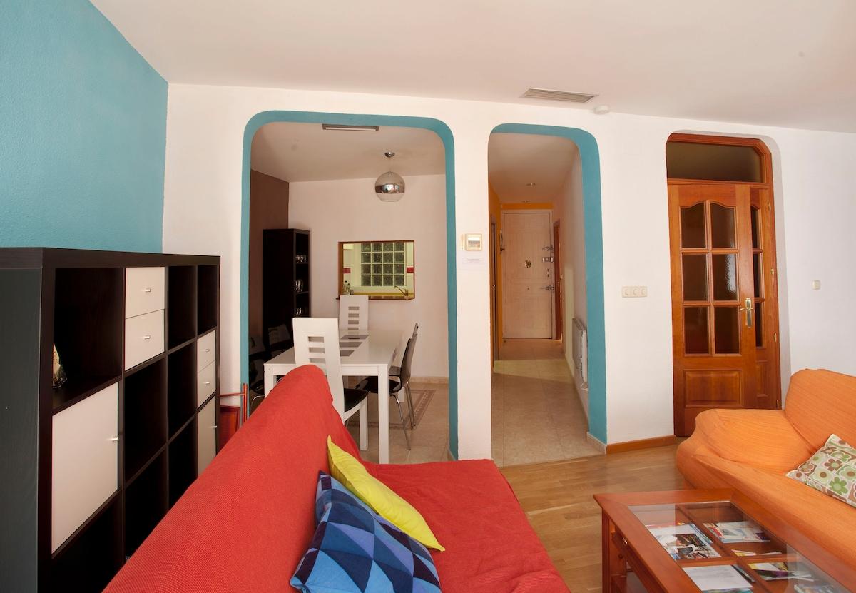 living and dining rooms -- salón y comedor