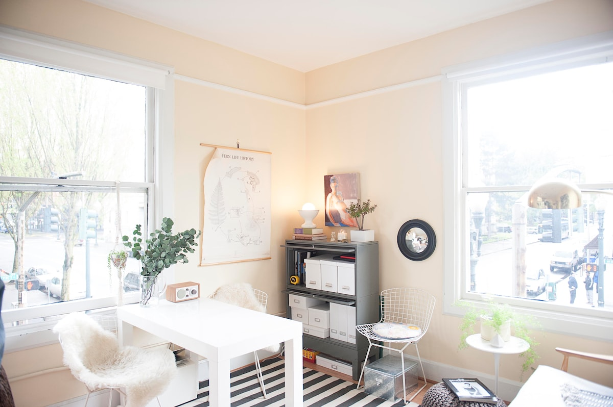 Bright 1BD in the Pearl