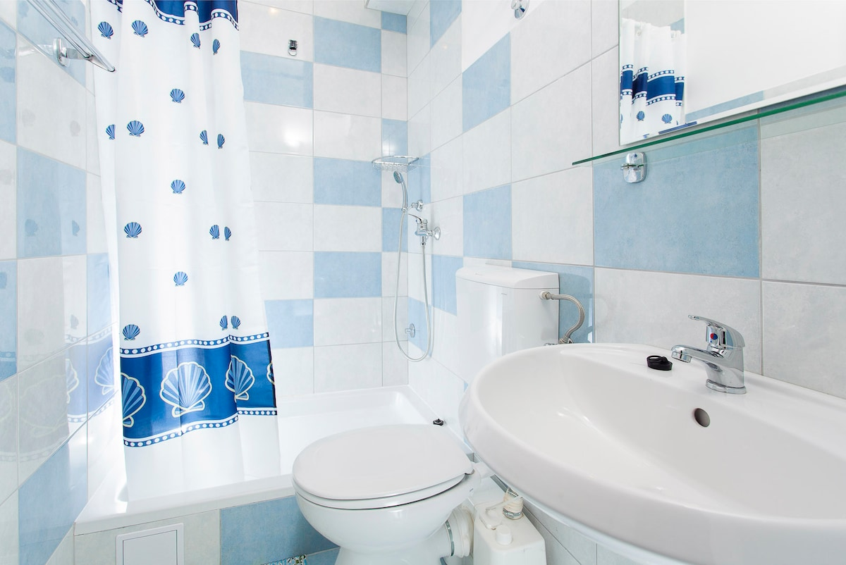 The bathroom is spacious with some 5.5 m2