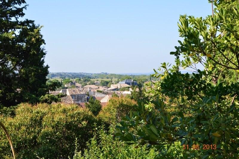 Vue du gîte sur toits d'Aniane et vallée de l'Hérault.