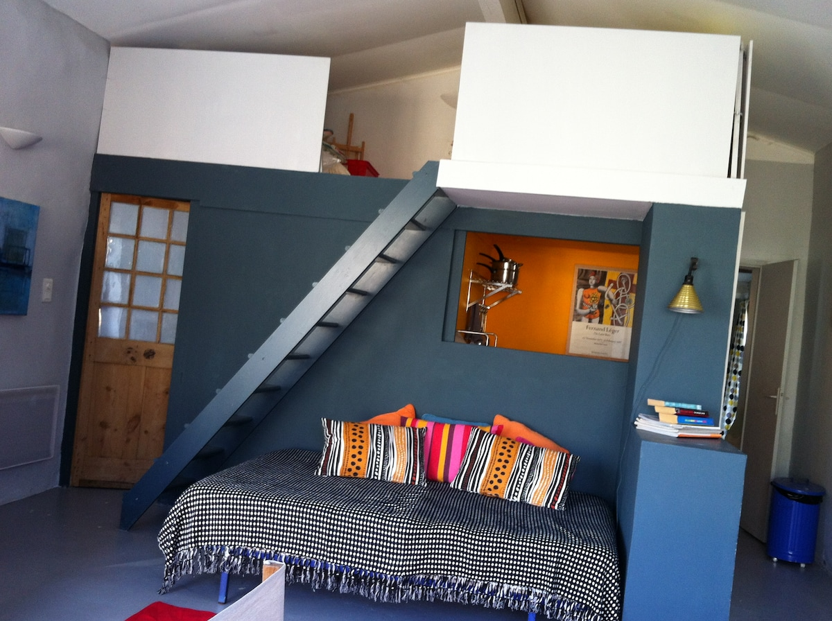View of the room showing mezzanine