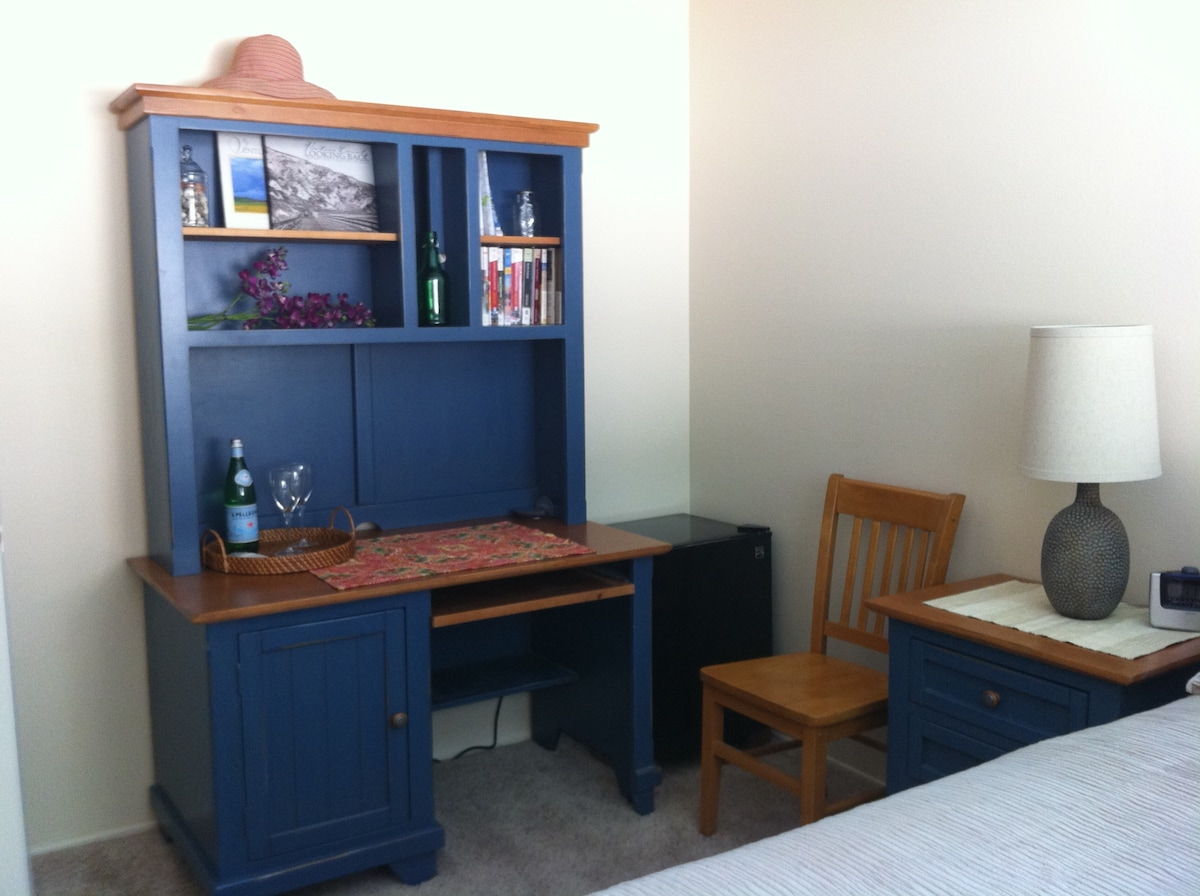 Queen bedroom ~ Work space or just a place to spread out, includes mini-frig