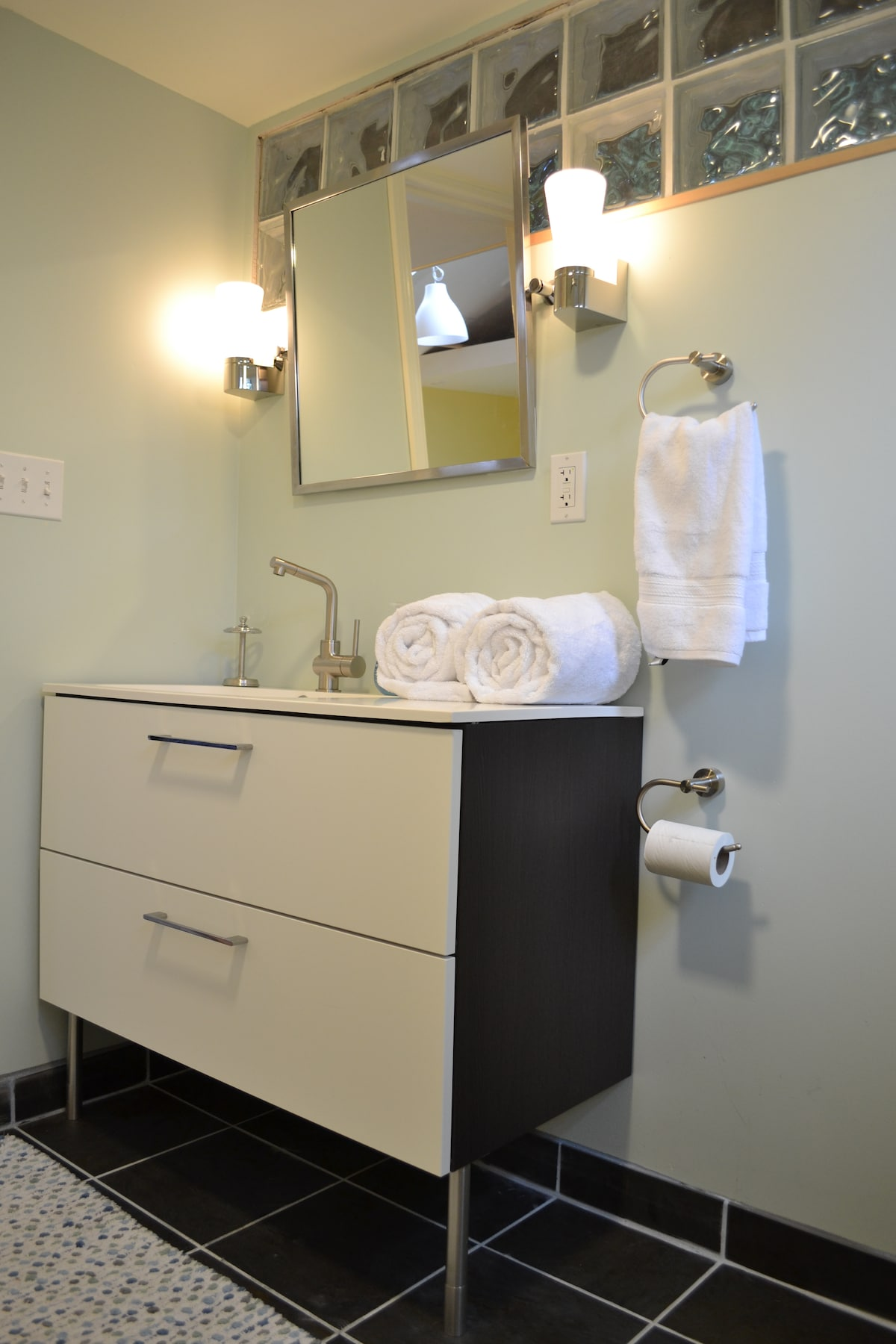 Large bathroom with plenty of hotel-quality towels