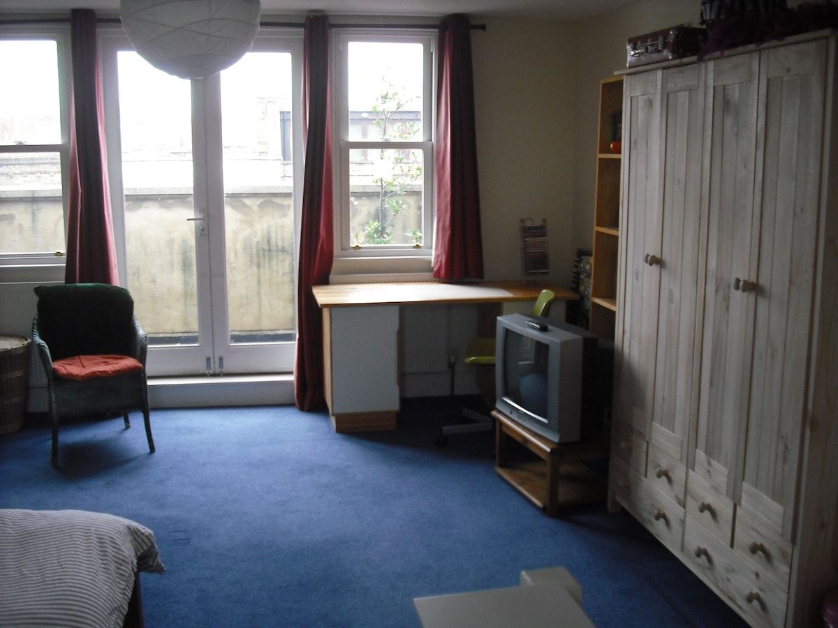 Large bright room with balcony N16