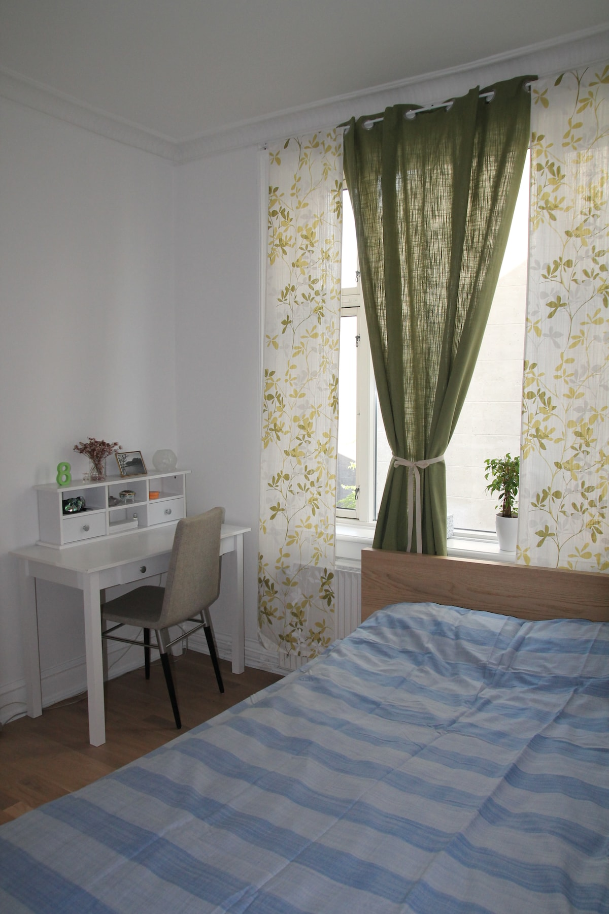 Good size bedroom with desk space