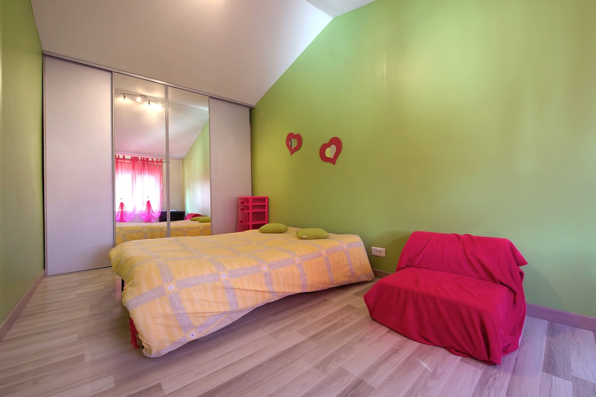 The large bedroom for our guests .    ( la chambre d amis)