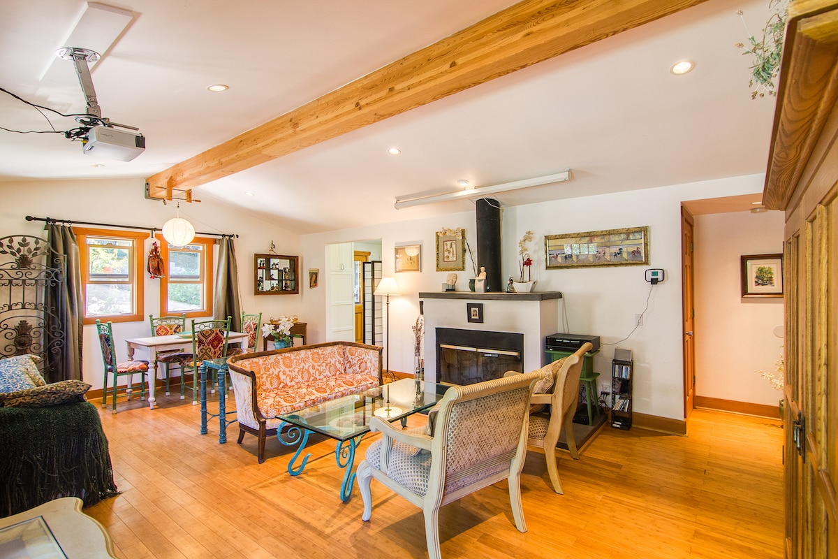 Welcoming open space, bamboo floor, high ceiling with exposed beam & dimmable recessed lighting - Porte d'entrée sur un espace ouvert et accueillant, Plancher en bois de bambou, haut-plafond avec poutre apparente, éclairage encastré à intensité réglable