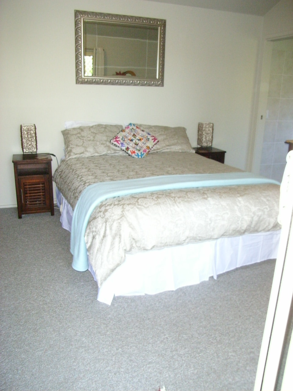 Luxury queen bed in guests  S.C. luxurious suite , fan, heater, all facilities.