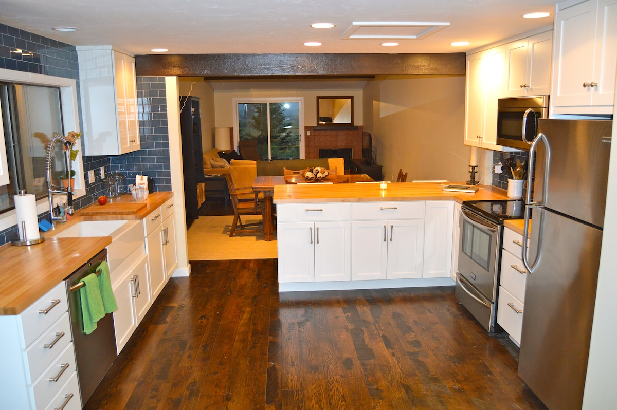 -Open floor plan -Great flow from kitchen to dining to living areas
