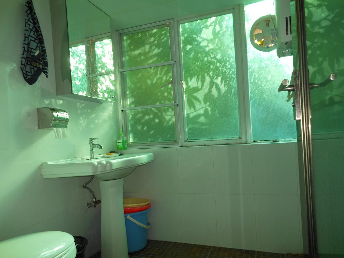 卫生间非常明亮,它同时也是站立的淋浴间。