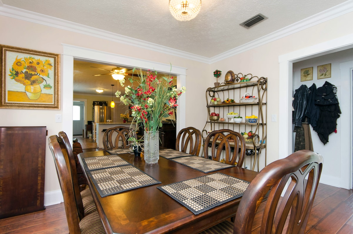 Close to Downtown & Airport!